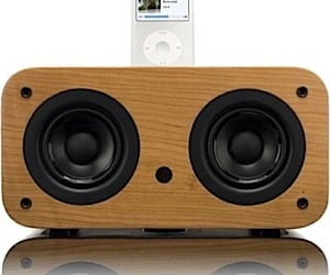 Vers 2x iPod/iPhone Dock: Woody Goodness