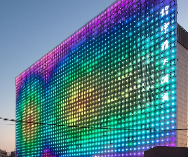 Greenpix: Massive LED Wall Powered by the Sun