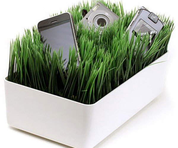Grassy Lawn Charging Station Keeps Your Gadgets Juiced Up, Requires No Mowing