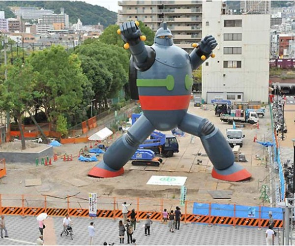 Tetsujin 28-Go Statue in Kobe Finished, Misses Showdown With Tokyo Gundam