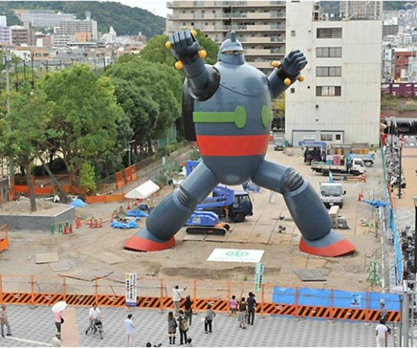 Tetsujin 28-Go Statue in Kobe Finished, Misses Showdown With Tokyo Gundam