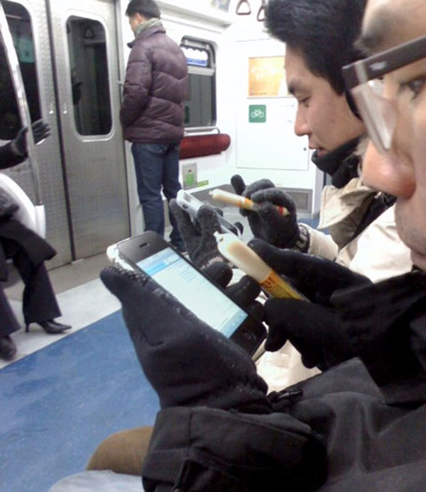 south-koreans-using-sausage-as-iphone-stylus