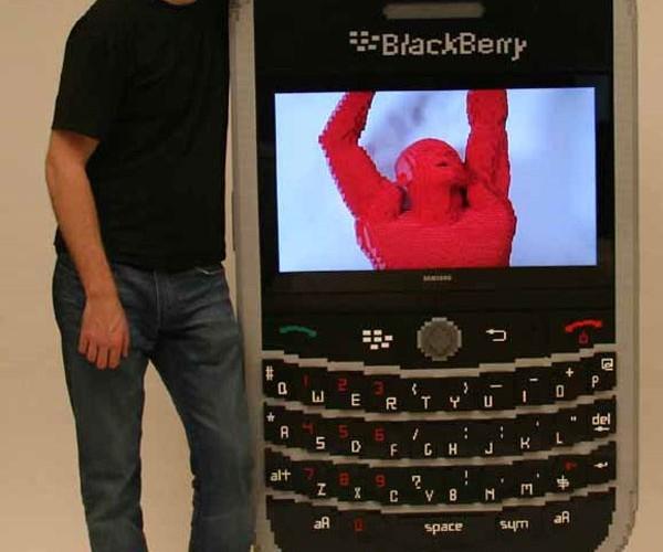 LEGO Blackberry 9360 is Huge, has Working LCD Screen