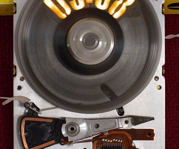 Strobeshnik Hard Drive Clock Tells Time Perfectly Once It Spins Up to Speed