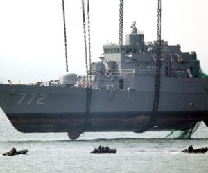 Gigantic Crane Lifts Korean Battleship Out of the Water!