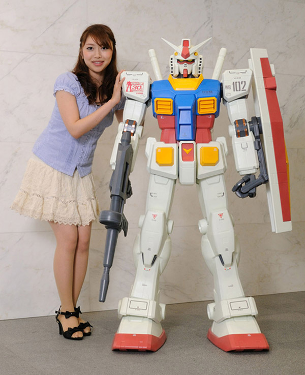 http://technabob.com/blog/wp-content/uploads/2010/11/hy2m_gundam_1_12th_scale_replica_4.jpg