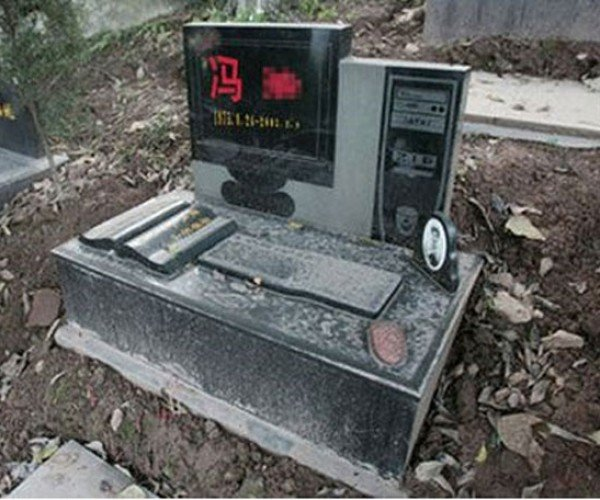 Computer Geek Gets Fitting Tombstone