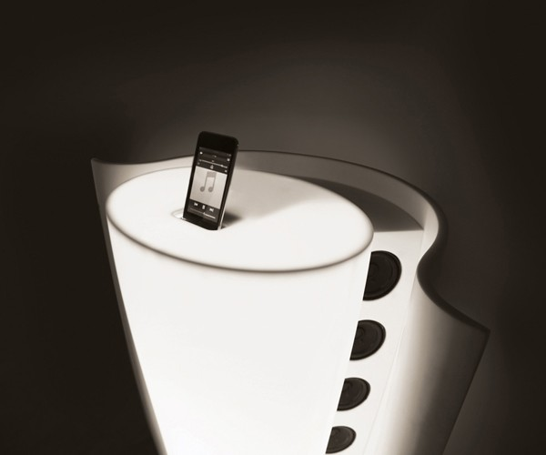 Is Your iPod Feeling Horny? Mate Its Bottom With This Speaker Dock