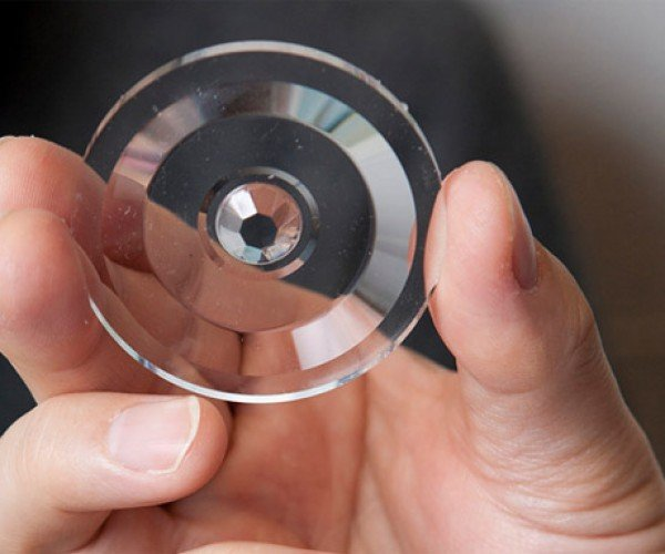 Single Lens Captures Images in 3D
