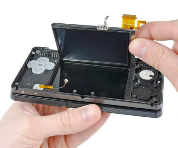 Nintendo 3DS Gets Ceremonial Teardown by iFixit Guys