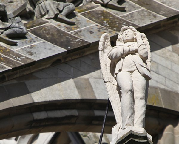 angel with mobile phone statue by ton mooy