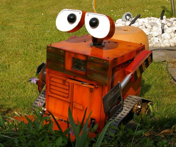 WALL-E Mobile PC Can Actually Move Around, Not Sure on Garbage Collection