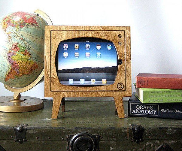 Wood Retro TV iPad Dock: for Watching Black & White Films