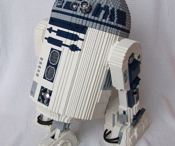 Motorized LEGO R2-D2: This One Has a Good Motivator Unit