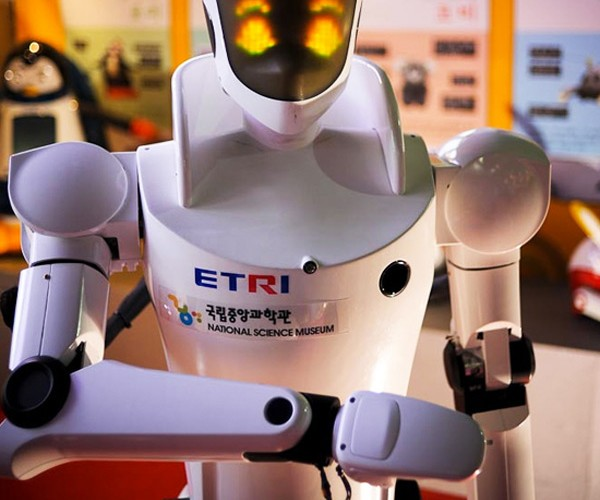 ETRO Robot Gives You an LED Wink