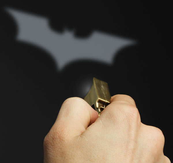 batman bat signal keychain from thinkgeek 2
