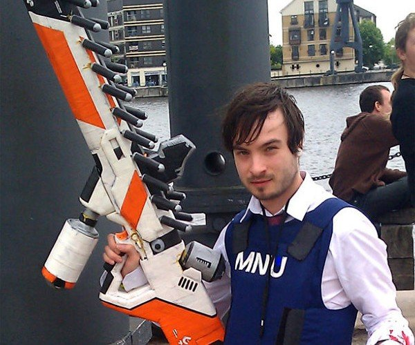 This District 9 Prawn Assault Rifle (and Claw) Could Be Your Halloween Costume