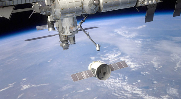spacex_dragon_approaches_iss