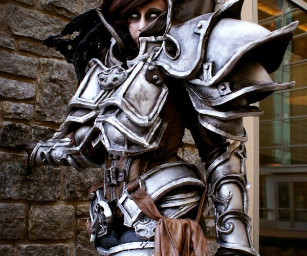 Diablo 3 Demon Hunter Costume Ready to Lay Waste to Hellspawn Cosplayers
