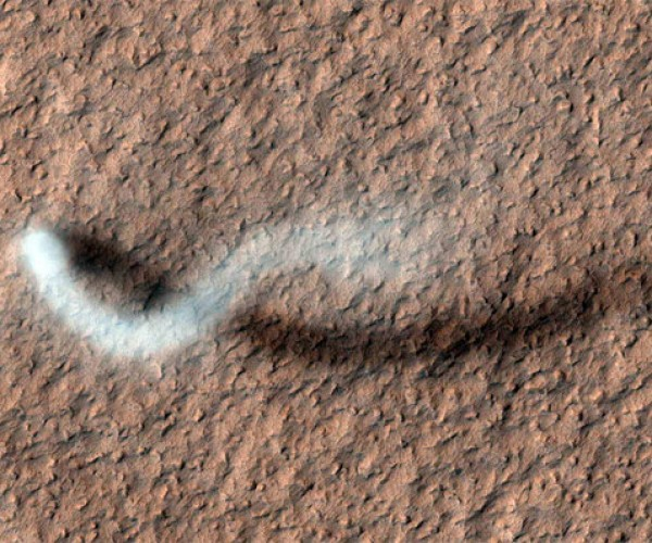 Mars Reconnaissance Orbiter Snaps Pic of Martian Dust Devil in Action