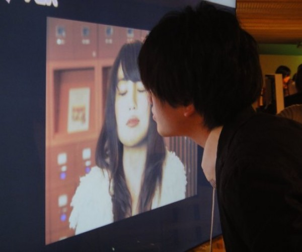 Interactive Poster Wants You to Kiss the Girl – Because She Likes It