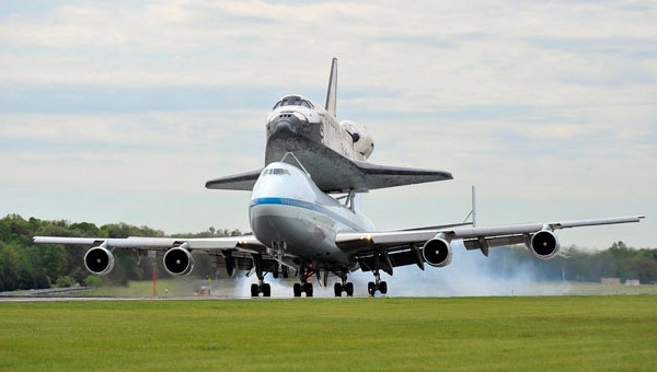 Shuttle-Discovery-Lands-In-Washington