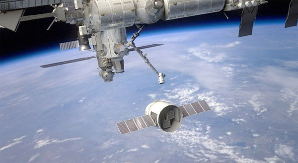 spacex dragon approaches iss