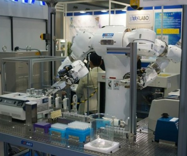 Mahoro Robot Does Dangerous Lab Work Fast