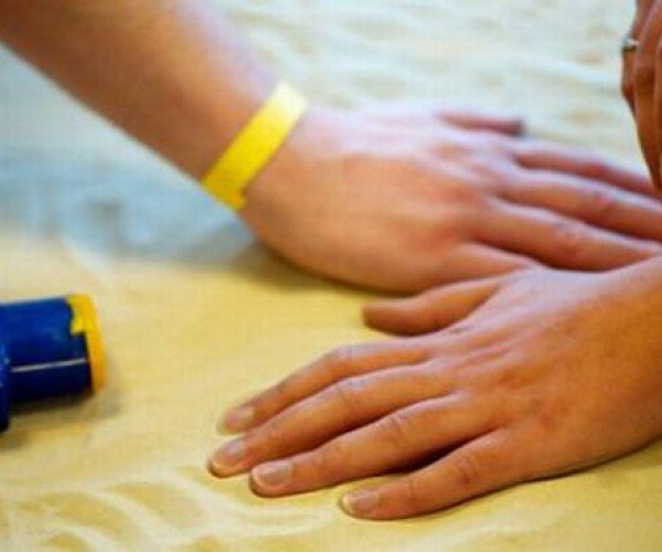 Intellego UV-Sensing Wristband: Never Get Fried by the Sun Again