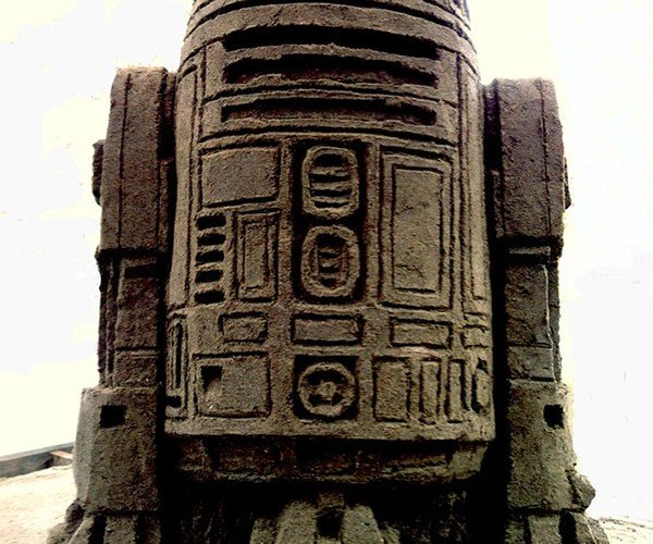 Tusken Raider Art: R2-D2 Sand Sculpture