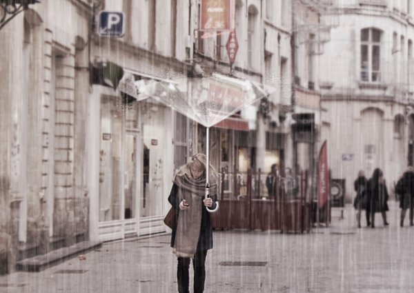Airblow 2050 Umbrella Blasts Air Upwards to Keep You Dry: No Rain for Future Men