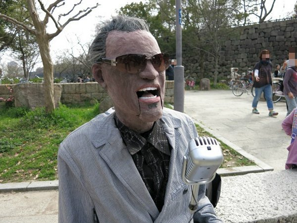 Animatronic Ray Charles Performs on the Streets of Osaka: Hit the Road, Jack!