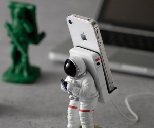 Astronaut Smartphone Stand: I Hope My Screen Don't Break, Walking on the Moon