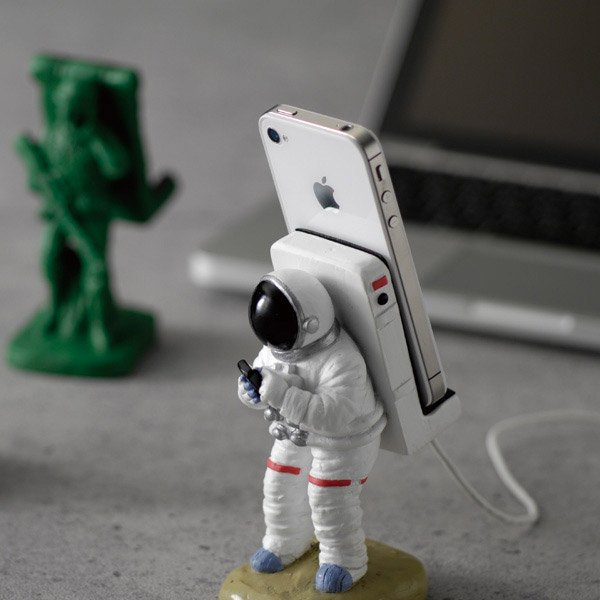 iphone_astronaut_dock