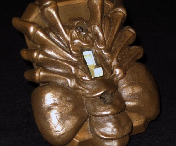 Alien Facehugger Light Switch Plate: Better Leave the Lights on