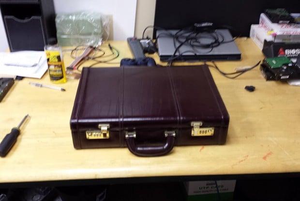 briefcase-arcade-machine-by-travis-reynolds-3