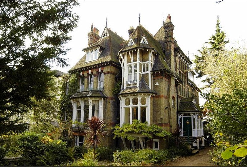 This victorian house is located near london england it has 7 000