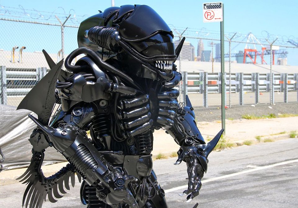 Alien Xenomorph Cosplay Has One Mouth But Two Heads