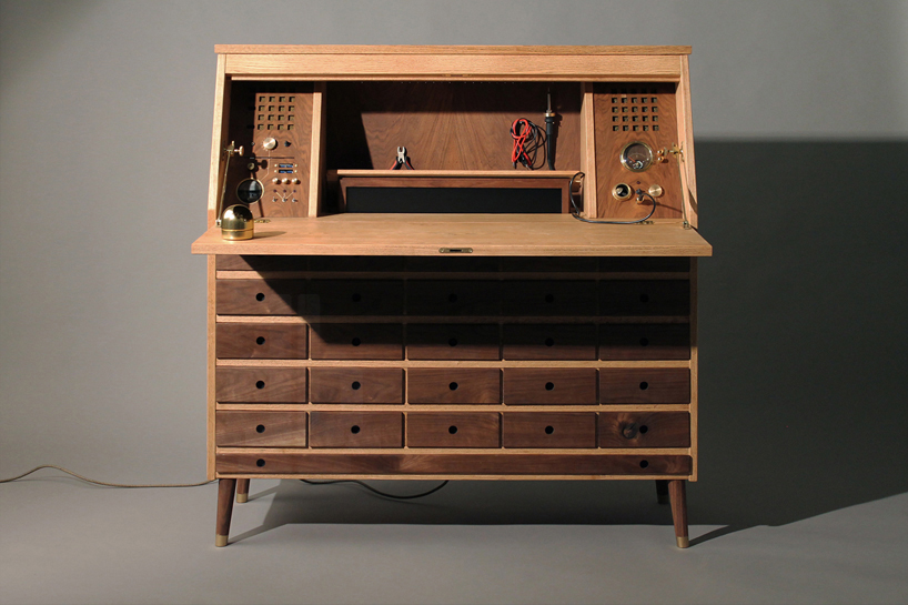 It Combines A Workbench, A Large Drawer And A Computer In One Elegant Piece  Of Wooden Furniture.