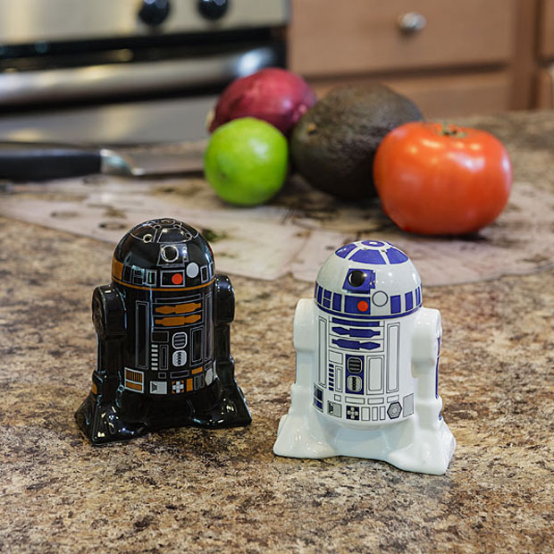 R2-D2 and R2-Q5 Salt and Pepper Shakers: The Dark and Light Side of Seasoning - Technabob