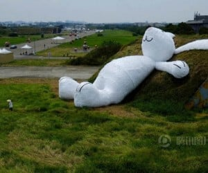 Giant Rabbit Turns up in Taiwan