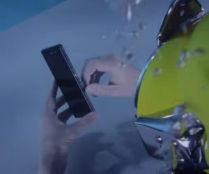 Sony Xperia Z3 Unboxed Underwater… and It Works Just Fine