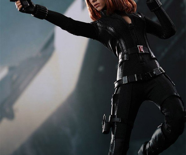 Hot Toys Black Widow Action Figure Has Removable Gun Magazines!