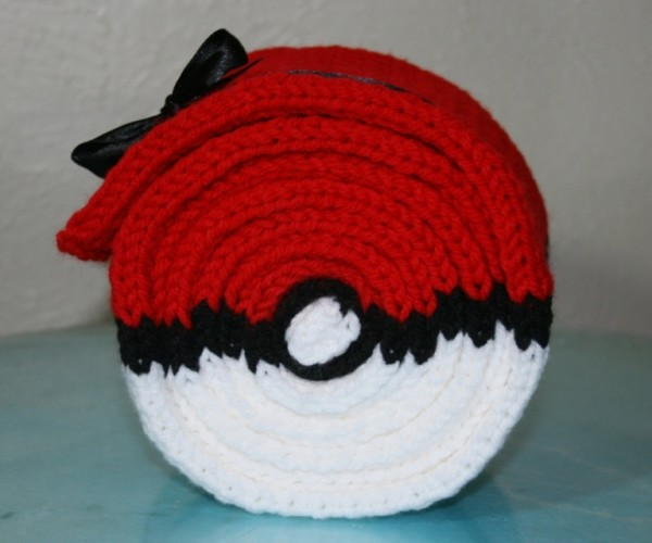 Pokéball Roll-up Scarf Keeps Your Ash Warm