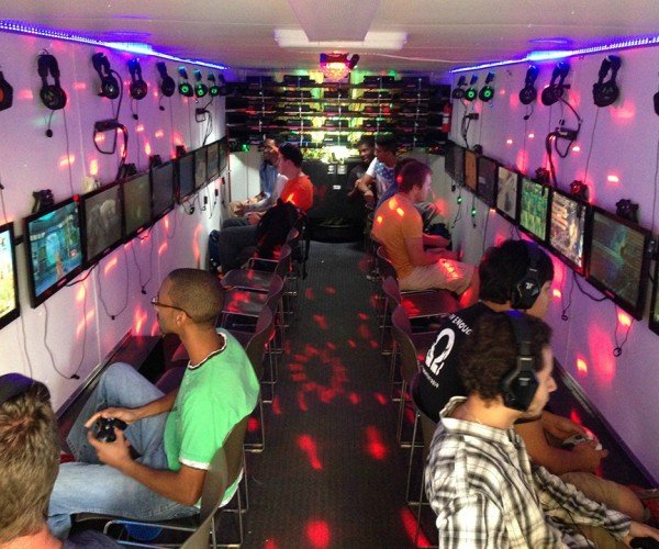 Custom-made Gaming Trailer Has 25 Xbox 360s: Jump In
