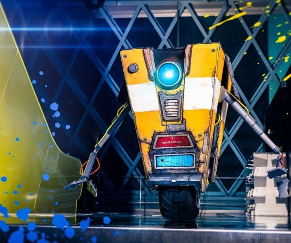 Borderlands Lifesize Claptrap Replica: Hey Everybody! Check out My Package!