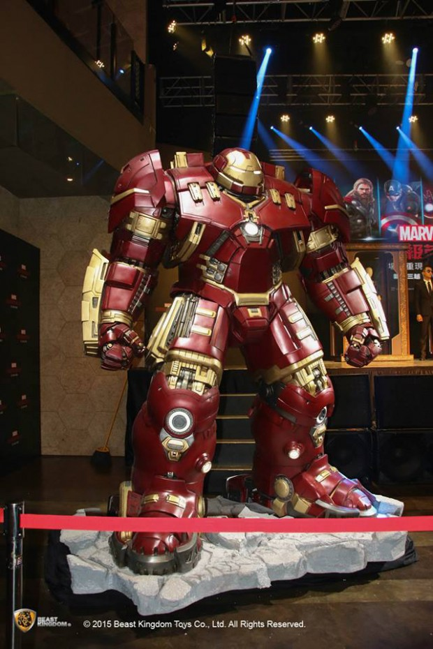 iron_man_hulkbuster_life_size_statue_by_beast_kingdom_1
