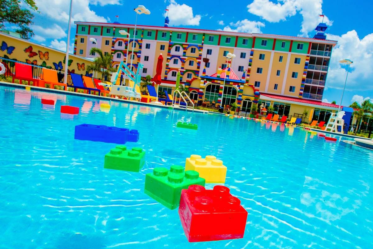 Mega lego hotel opens in florida for Hotels near legoland with swimming pool