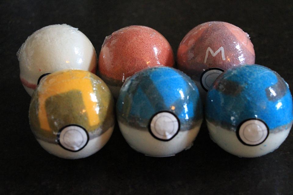 Fizzy Fun Toys: Poké Ball Bath Bomb Already Caught A Toy Pokémon