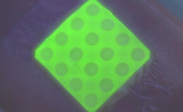 prototype_glowing_bandage_dressing_by_toby_jenkins_et_al_1
